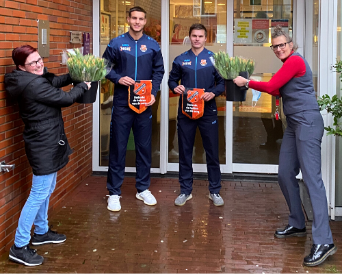 FC Volendam bedankt de helden van de zorg met tulpen