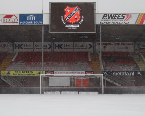 Het Kras Stadion bedekt met witte laag