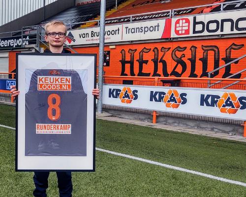 Steun superfan Jari; bied op gesigneerd shirt Micky van de Ven